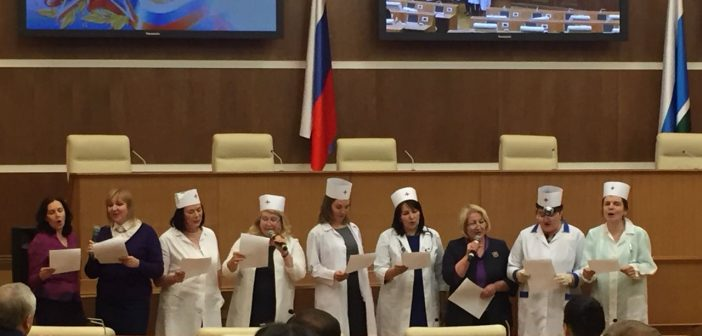 К депутатам Заксо пришли женщины в белых халатах и спели песни