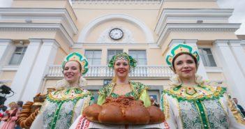 Болельщиков из Франции и Перу встретили чаем и караваем в Екатеринбурге