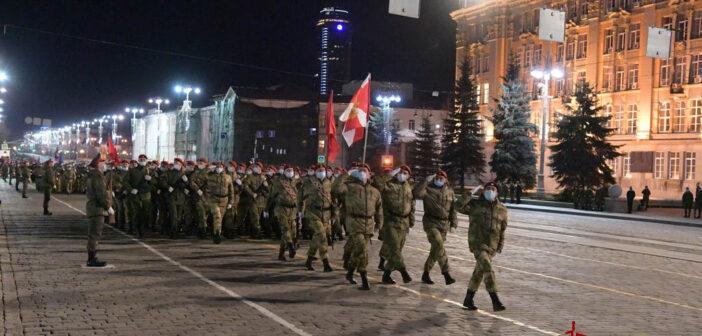 Бойцы Росгвардии прошлись строем по центру Екатеринбурга