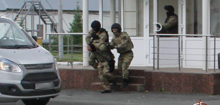 В Тюмени росгвардейцы задержали вооружённого преступника. Он направлялся в школу